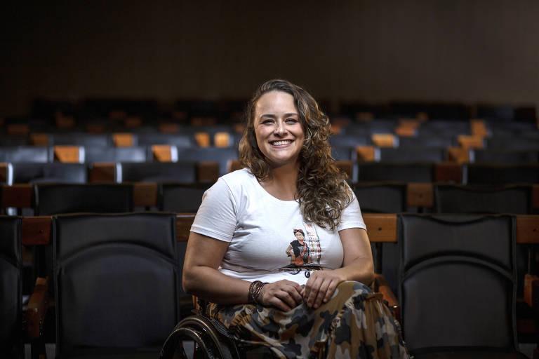 A atriz e consultora de inclusão Tabata Contri, no auditório da Folha