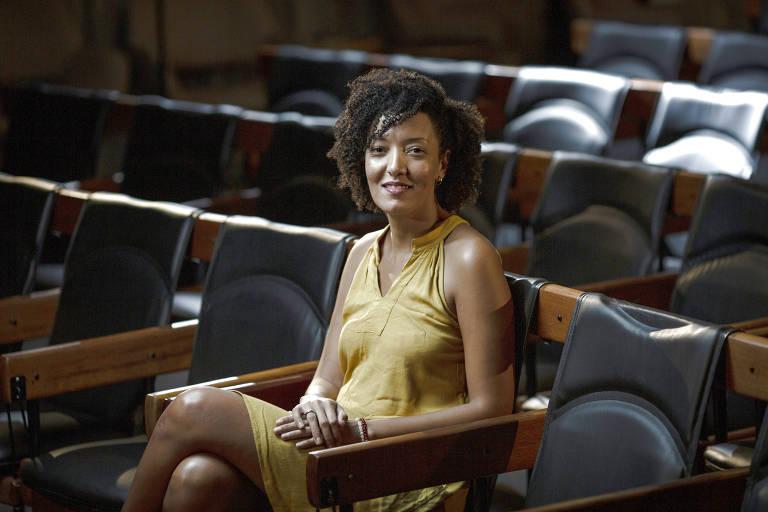 Retrato da jornalista, poeta, tradutora e militante feminista Stephanie Borges no auditório da Folha