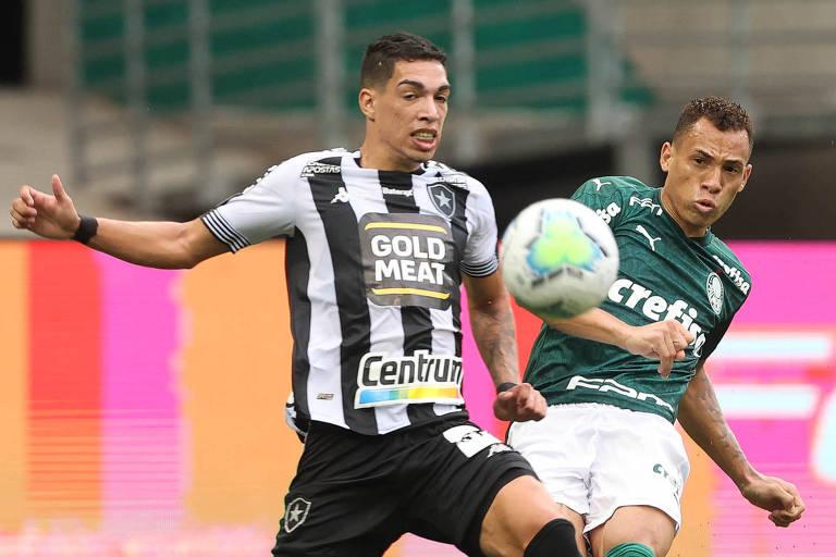 O atacante palmeirense Breno Lopes sofre a marcação de Hugo, lateral esquerdo, que atuou improvisado na zaga, na partida no Allianz Parque