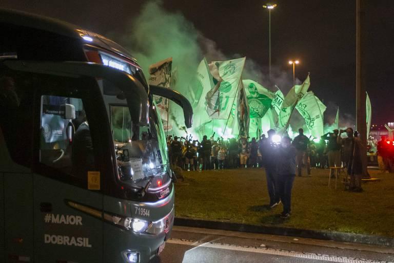 Ônibus da delegação palmeirense passa próximo a torcedores no Aeroporto de Guarulhos