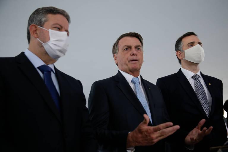 O presidente Jair Bolsonaro, ao lado dos presidentes da Câmara, deputado Arthur Lira (esq), e do Senado, Rodrigo Pacheco, durante declaração à imprensa após reunião entre eles no Palácio do Planalto