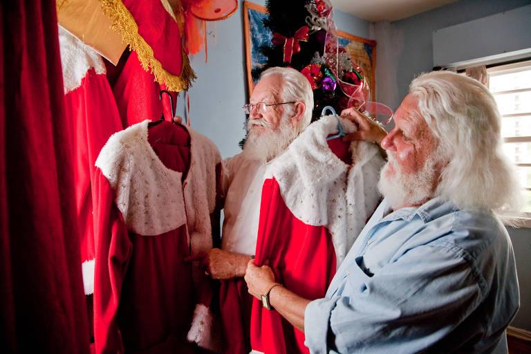 Deonício Brunette (esq.), 72, representante de venda e Antônio Noronha, 58, motorista se vestindo como Papai Noel na Cia do Bafafá; a foto ilustrou reportagem de 2010 que inspirou coluna de Moacyr Scliar na Folha