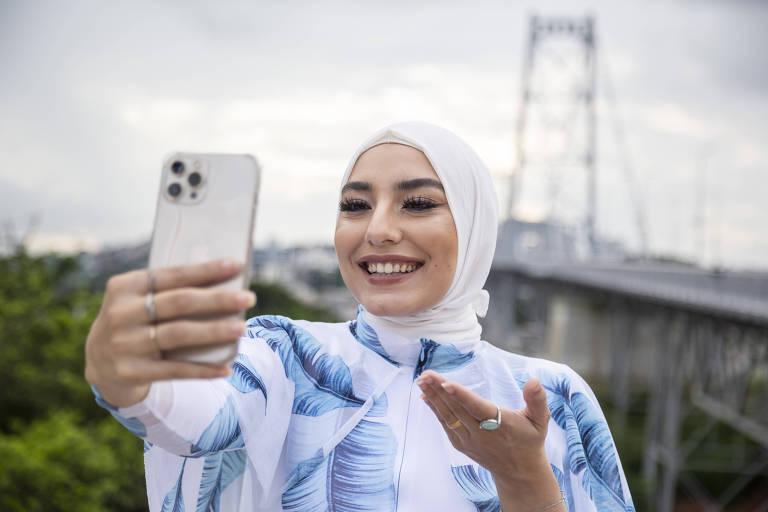 A brasileira Mariam Chami faz selfie em Florianópolis, onde mora