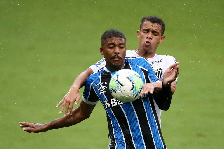 Sandry e Jean Pyerre brigam pela bola no empate entre Santos e Grêmio em Porto Alegre