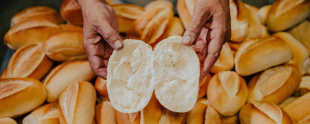 Elias Camilo Silva, padeiro, exibe a produção de pães franceses da padaria Saint Germain