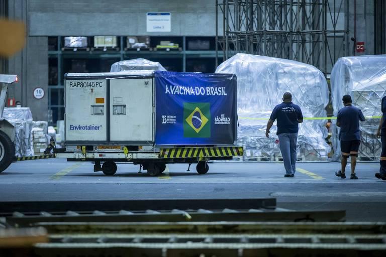 Contêiner de insumos é preparado para transporte em aeroporto