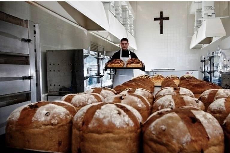 Produção de pães na padaria do Mosteiro de São Bento, no centro de SP