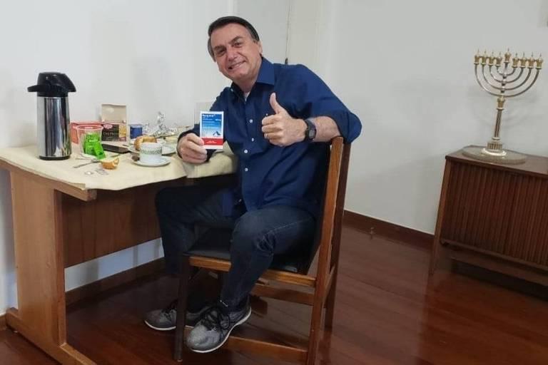 Com caixa de cloroquina e fazendo um joia, Bolsonaro divulga foto após resultado negativo de PCR para Covid-19