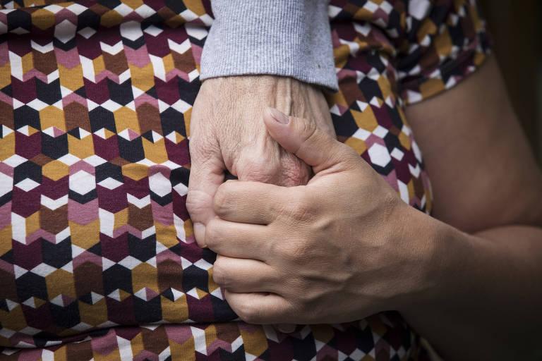 A atriz Tabata Contri segura a mão da mãe, Eliane Ribeiro, no Espaço Vida, instituição de longa permanência para idosos