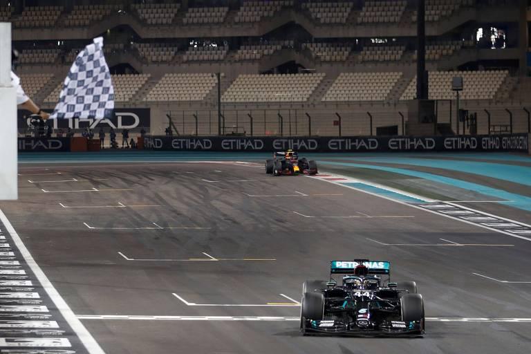 O heptacampeão Lewis Hamilton cruza a linha de chegada no GP de Abu Dhabi