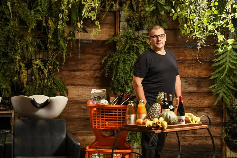 Itamar Cechetto, diretor do Grupo Laces, em unidade de salão de beleza e mercadinho, em SP