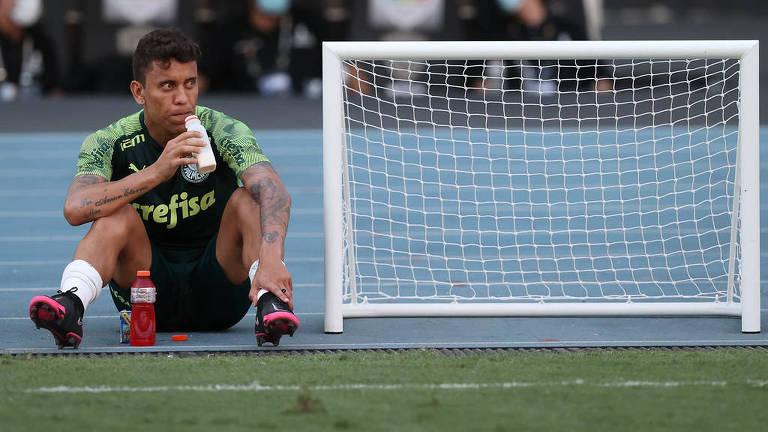 Latetal Marcos Rocha durante treinamento do Palmeiras