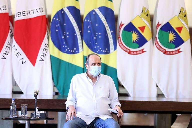Kalil sentado em uma cadeira, usando máscara
