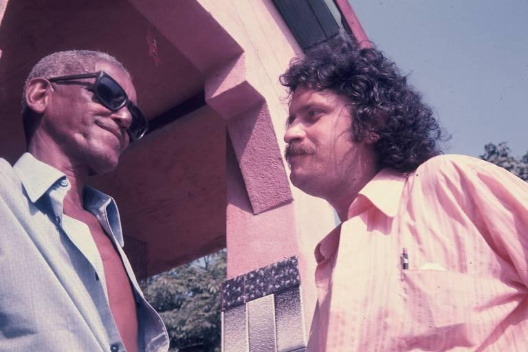 O produtor Pelão ao lado de Cartola, de quem produziu o primeiro álbum