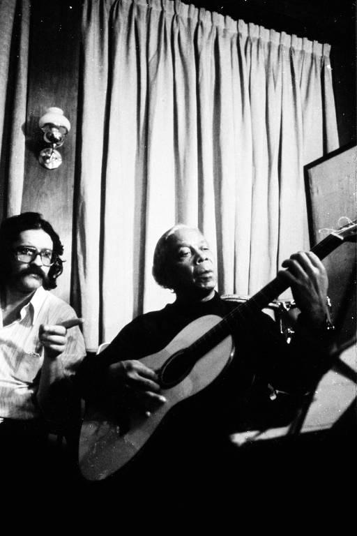 O produtor Pelão ao lado de Nelson Cavaquinho, de quem produziu o disco homônimo