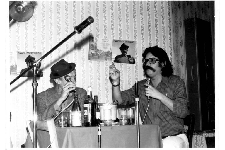 O produtor Pelão ao lado de Adoniran Barbosa no lançamento do primeiro disco do sambista