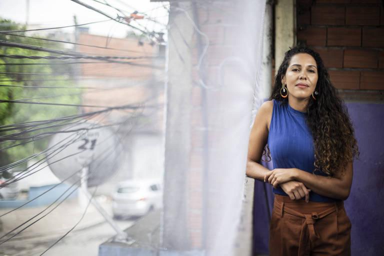 A professora Lidiane Lima, 36, que dá aulas na zona sul de SP, em casa com tijolo descascado e antena parabólica