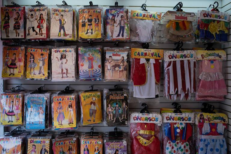 Loja de fantasias coloridas não tem movimentação de clientes