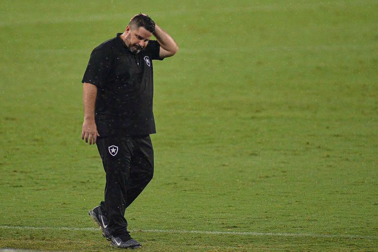 O técnico Eduardo Barroca, do Botafogo, durante jogo com o Sport que culminou no rebaixamento de sua equipe
