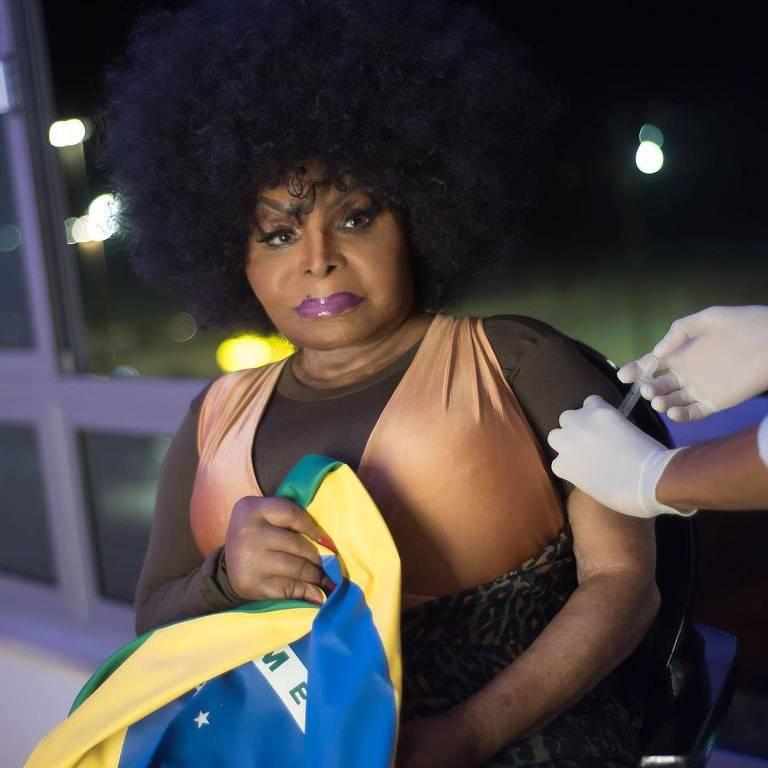 Elza Soares recebe vacina contra a Covid-19