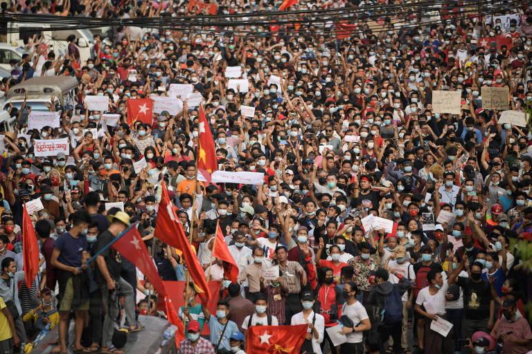 Protestos levam dezenas de milhares às ruas em Mianmar em meio a bloqueio de internet