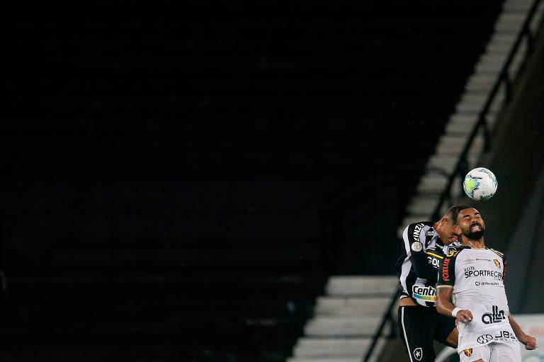 Disputa de bola no  jogo entre Botafogo e Sport, que rebaixou o clube carioca no Brasileiro de 2020