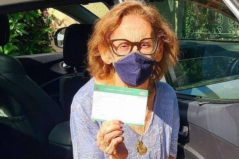 Laura Cardoso é vacinada contra a Covid-19 no Rio de Janeiro
