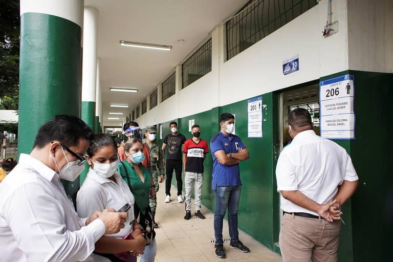 fila de eleitores em frente à seção eleitoral