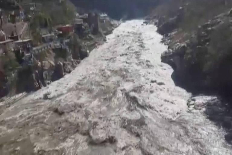 enorme enchente passa por vilarejo