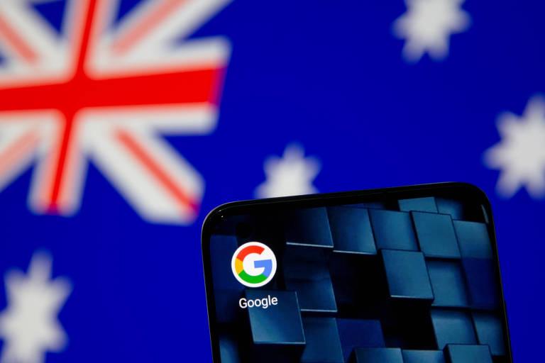 Smartphone com logo do Google à frente de bandeira da Austrália