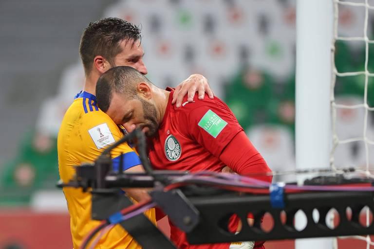 O atacante francês Gignac (L), do Tigres, consola o goleiro Weverton após o seu gol de pênalti, que eliminou o Palmeiras e levou a equipe mexicana à final do Mundial