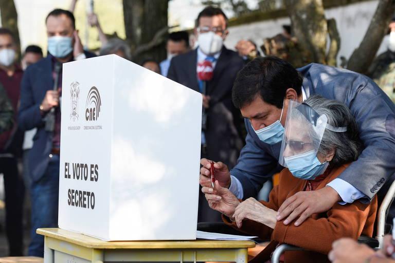 Andrés Arauz, candidato mais votado no primeiro turno, acompanha sua avó em votação em Guayaquil