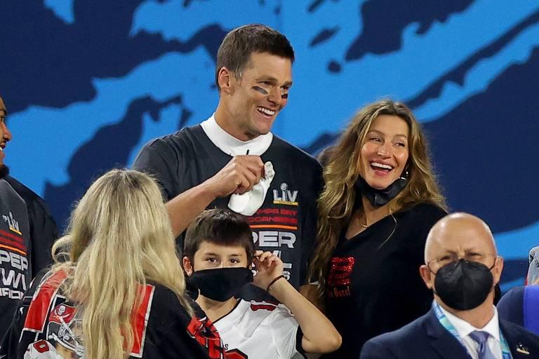 Tom Brady celebra a conquista com a esposa, a modelo brasileira Gisele Bundchen