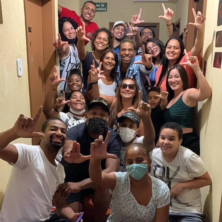 Lucas Penteado se reúne com família e amigos em São Paulo