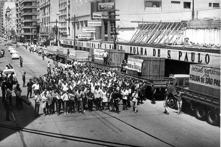 Funcionários recebem novas máquinas rotativas em frente à sede da Folha de S.Paulo, em 1970, na Alameda Barão de Limeira