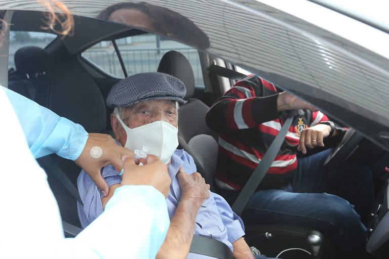 Vacinação drive-thru no estádio do Corinhians