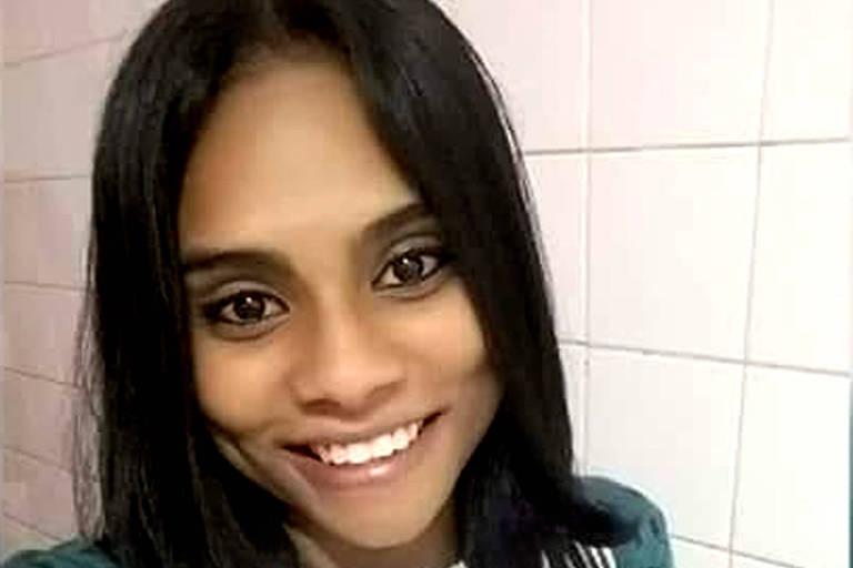 Mara Oliveira de Lima, de 19 anos, morreu após ser ferida por um tiro supostamente disparado pela PM, na tarde deste domingo (7), na região do Campo Limpo (zona sul da capital paulista). A jovem estava em frente a sua casa quando foi atingida pelo tiro