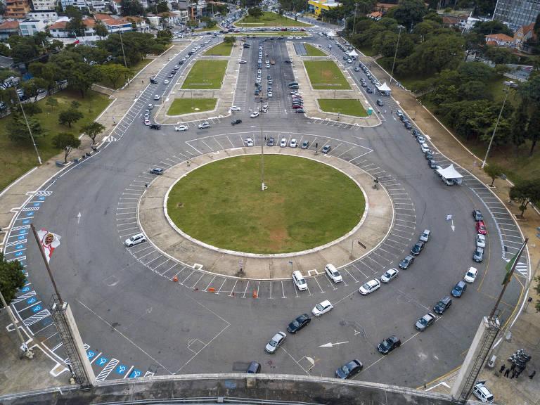 Fila de carros se forma no Pacaembu para drive-thru da vacina em SP