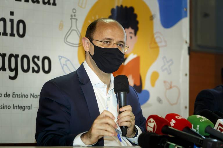 O secretário estadual da Educação, Rossieli Soares, de máscara