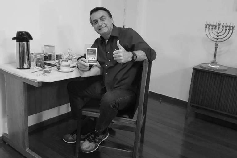 O presidente Jair Bolsonaro exibe caixa de cloroquina ao anunciar em redes sociais que exame para Covid-19 deu negativo