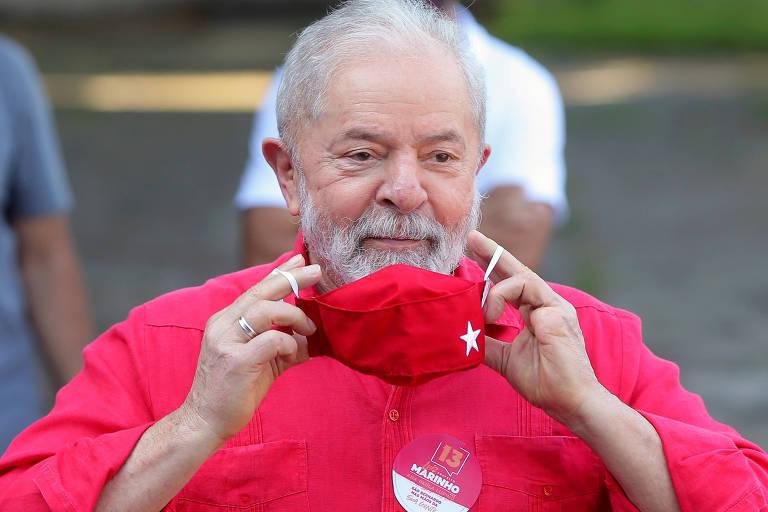 Lula coloca máscara após votar em São Bernardo do Campo, na eleição de 2020