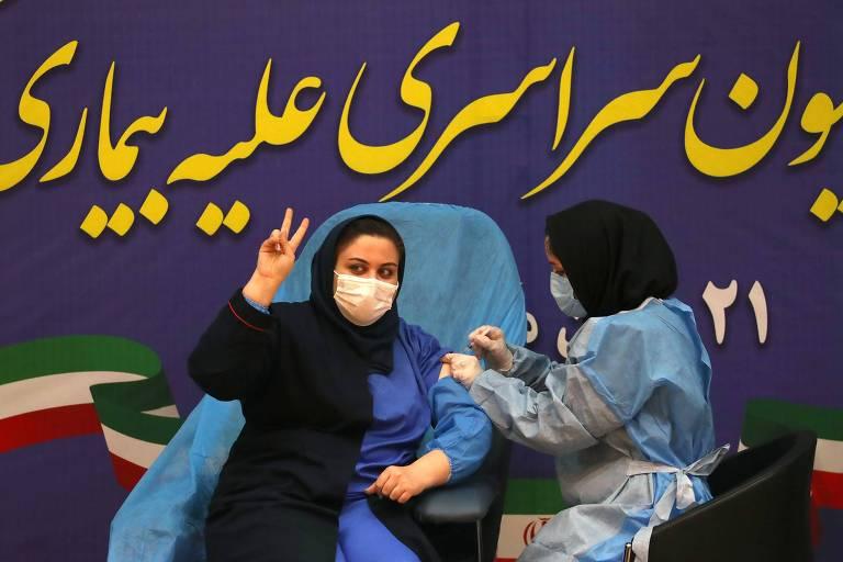 Profissional de saúde Sara Gudarzi recebe dose da Sputnik V na estreia do programa de vacinação do Irã
