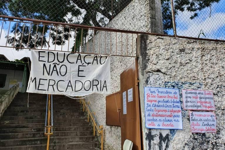Cartazes em frente à escola Dr. Álvaro Souza Lima