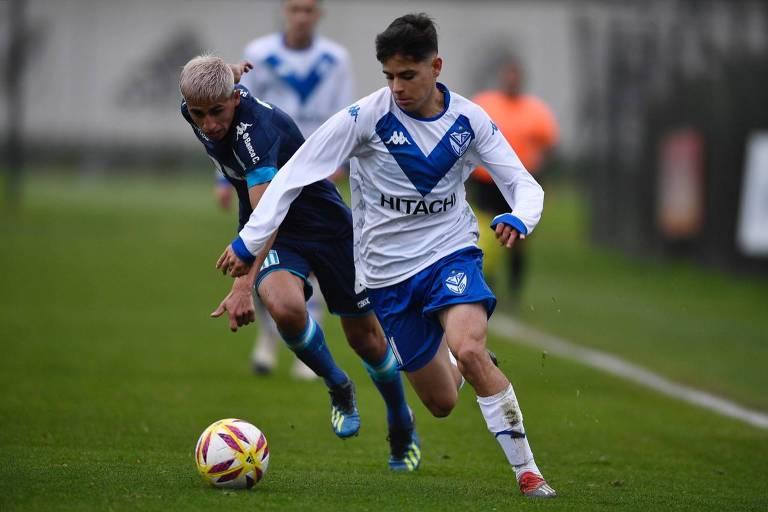 Lenny Lobato em ação em jogo da equipe reserva do Vélez Sarsfield
