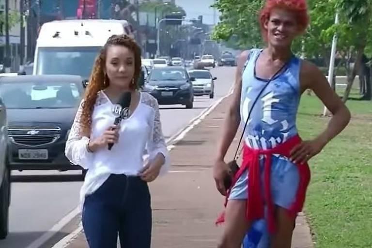 Travesti Maravilhosa, 23, desfila ao lado de repórter por calçada de Porto Velho (RO)