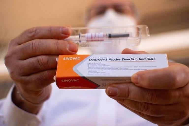 Médico exibe exemplar de vacina contra o coronavirus