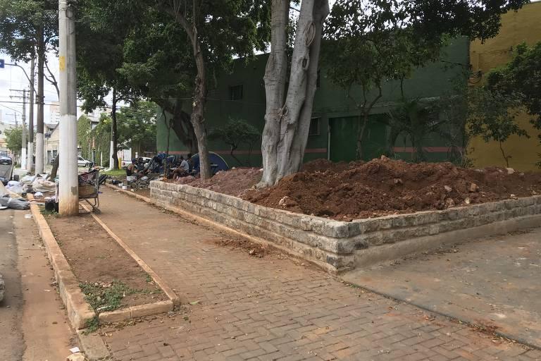 Moradores de rua reclamam de construção de canteiros para retirá-los de praça