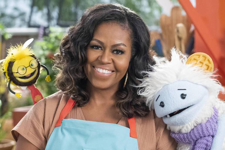 Michelle Obama com fantoches de programa infantil