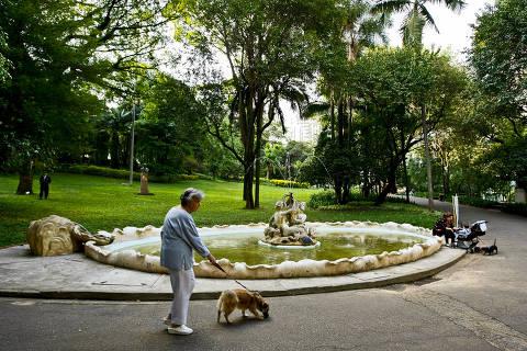 ORG XMIT: Staff SAO PAULO, SP, BRASIL, 27-10-2010, 18h00: Pessoas aproveitam o final do dia no Parque Buenos Aires. Hoje, guardas municipais solicitaram que uma jovem que trajava somente biquini se retirasse do local. (Foto: Daniel Marenco/Folhapress, COTIDIANO) ***EXCLUSIVO FOLHA*** 4915