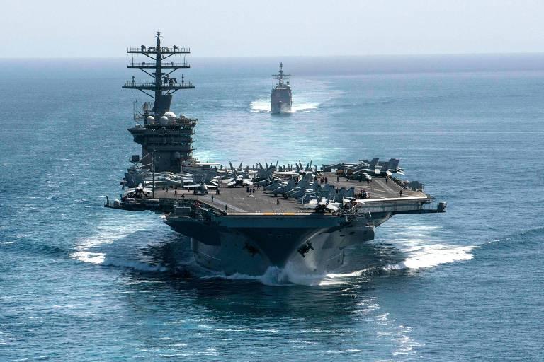 O porta-aviões USS Nimitz sendo escoltado pelo cruzador Philippine Sea no ano passado